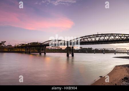 Le pont Burnett, classé au patrimoine mondial au crépuscule. Bundaberg, Queensland, Australie Banque D'Images