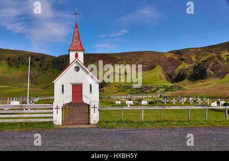Église Reyniskirkja, sur la plage de Reynisfjara qui jouit près de Vík í Mýrdal, Côte Sud, Islande Banque D'Images