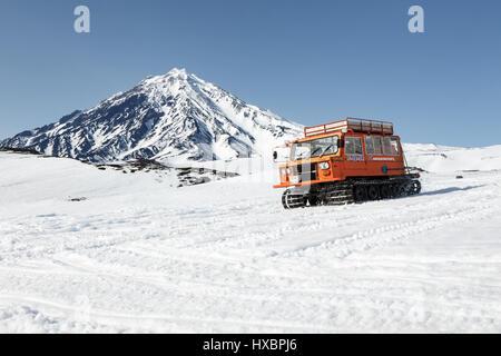 La péninsule du Kamtchatka: transport chenillette sportsman (skieurs et surfeurs) sur les pentes enneigées des Banque D'Images