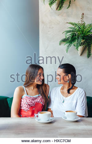 Deux professionnels des femmes qui parlent dans le café. De femme et de sa fille adulte boire du café au café. La Banque D'Images