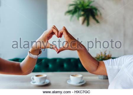 Libre de maman et sa fille faisant un coeur avec les mains Banque D'Images