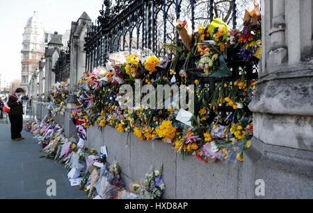 Londres, Royaume-Uni. Mar 28, 2017. Tributs floraux pour les victimes d'attaques de la semaine dernière dans la région de Westminster sont vus en dehors du Parlement, au centre de Londres, Angleterre le 28 mars 2017. Credit: Han Yan/Xinhua/Alamy Live News