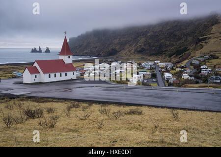 Se trouve sur une colline surplombant la ville de Vik, le long de la côte sud de l'Islande Banque D'Images