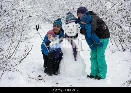 En famille avec de beaux selfies bonhomme de neige Banque D'Images