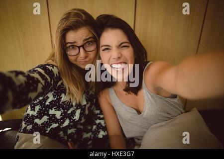 Portrait d'amis faisant des grimaces dans la chambre Banque D'Images