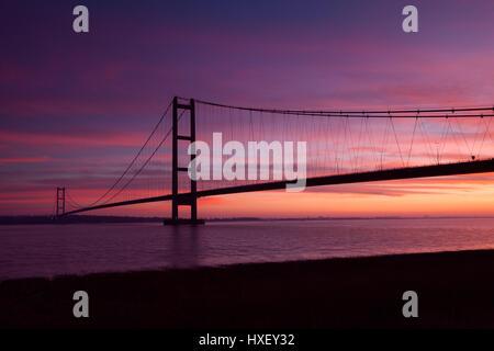 Barton-upon-Humber, Nord du Lincolnshire, au Royaume-Uni. 26 mars 2017. Le Humber Bridge au lever du soleil.