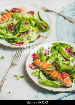 L'énergie saine stimuler salade de printemps avec du saumon grillé, orange, le quinoa Banque D'Images