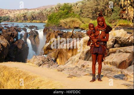 Avec bébé fille himba, Youn, près de la Namibie Epupa Falls