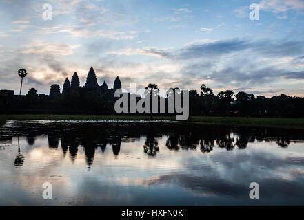 Superbe lever du soleil sur Angkor Wat, comme une silhouete, avec le temple de l'eau dans refleciting à Siem Reap, Banque D'Images
