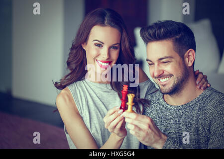 Young couple holding chess figures indoor Banque D'Images