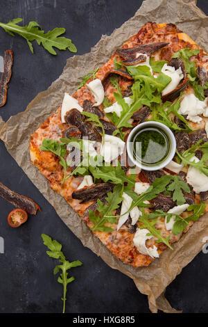 La pizza sur fond de bois sombre vue de dessus Banque D'Images