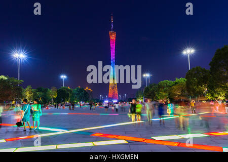 Guangzhou, Chine - 4 octobre 2016: Crépuscule sur la Canton tower vue de la fleur Square à Guangzhou, Chine sur Banque D'Images