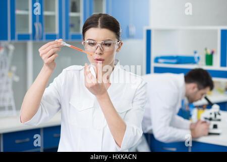 Portrait de femme concentré scientist working in lab