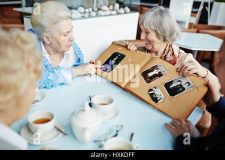 Les personnes âgées se détendre dans cafe Banque D'Images