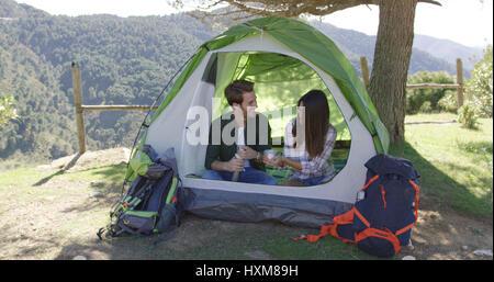Deux personnes qui reste dans la tente Banque D'Images