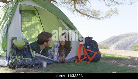 Young couple lying in tent Banque D'Images