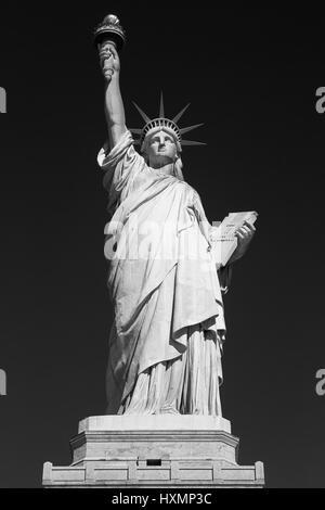 Statue de la liberté, noir et blanc, vue avant, ciel noir à New York Banque D'Images