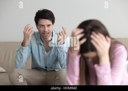 Homme en colère fou à petite amie, criant à son couple, de se quereller Banque D'Images