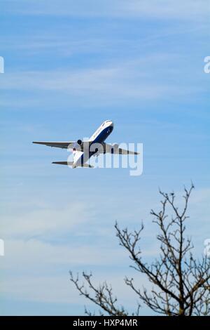 British Airways Boeing -777 avion passagers décollant de l'aéroport d'Heathrow de Londres UK Banque D'Images
