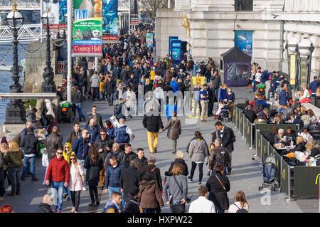 Les gens au Queen's Promenade à pied sur la rive sud de la Tamise, Londres Angleterre Royaume-Uni UK Banque D'Images