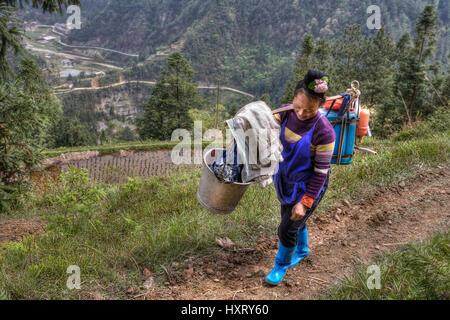 Village de Langde, Guizhou, Chine - 15 Avril 2010: Chinese woman paysan agriculteur porte le poids sur votre épaule. Banque D'Images