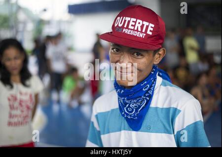 Manille, Philippines, Région de la capitale nationale. 29Th Sep 2016. Un jeune homme qui s'est rendu à la police Banque D'Images