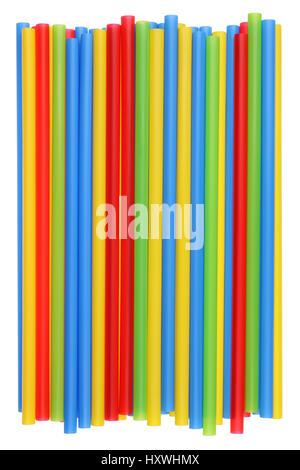 Tas de pailles multicolores en plastique pour un cocktail d'un diamètre de 8 millimètres. Studio shot isolé Banque D'Images