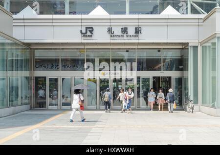 Hokkaido, Japon - Juillet 14,2015: gens de la gare JR Sapporo en été. Cette station est une gare situé dans le Banque D'Images