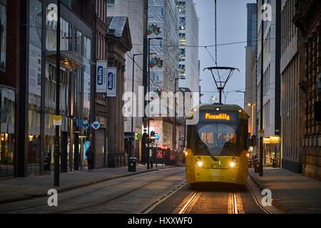 Un arrêt de tramway Metrolink jaune sur la partie inférieure de la rue Mosley le centre-ville de Manchester, Angleterre, Banque D'Images