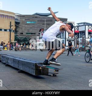 Wellington, Nouvelle-Zélande - 10 Février 2017: jeune skateur professionnel fait patiner astuces à la front de Banque D'Images