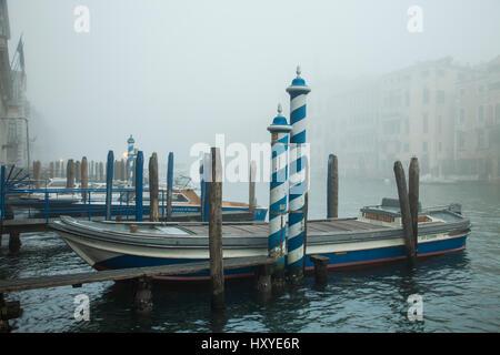 Matin brumeux sur le Grand Canal, Venise, Italie. Banque D'Images