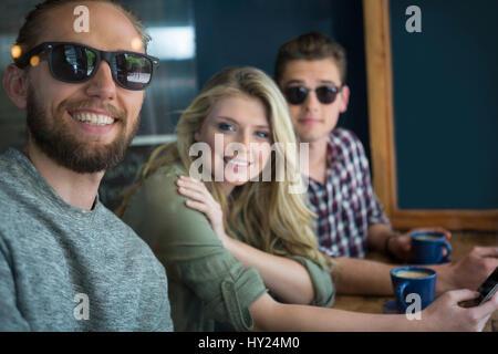 Portrait of happy amis masculins et féminins à table dans coffee house Banque D'Images