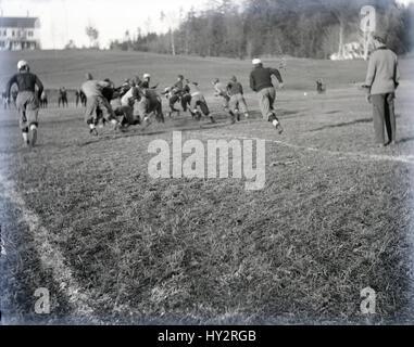 Meubles anciens c1910 photo, les jeunes hommes dans une mêlée de football. SOURCE: négatif photographique original. Banque D'Images