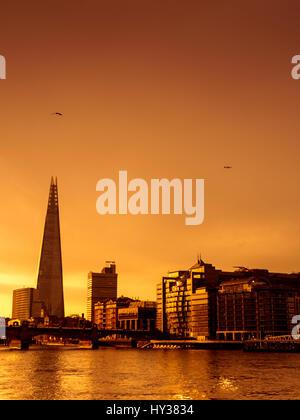 Lever de soleil sur l'immeuble d'échardes et Tamise, Londres. Banque D'Images