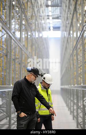 La Suède, mature men at construction site Banque D'Images