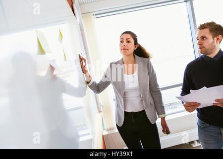 En Suède, les gens partagent des idées au cours de réunion de travail Banque D'Images