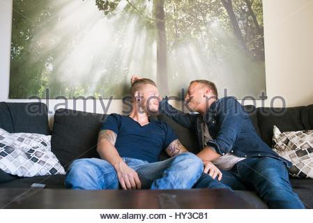 La Norvège, couple on sofa Banque D'Images