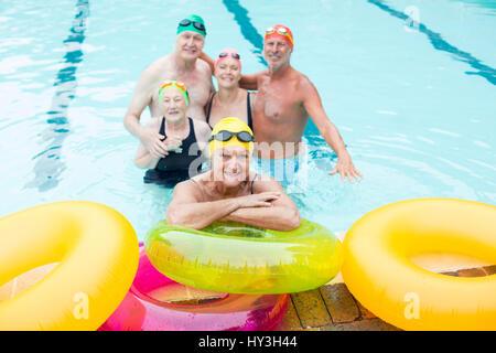 High angle view of senior woman par anneaux gonflables avec des amis en arrière-plan Banque D'Images