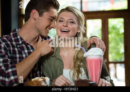 Jeune couple romantique passer du temps de qualité dans la région de coffee shop Banque D'Images