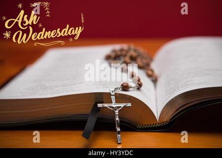 Message de Pâques contre rosary beads resting on open bible