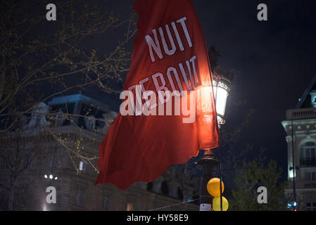 Vendredi, 31 mars 2017 - Place de la République - drapeau flottant dans le vent de la nuit debout'. Banque D'Images