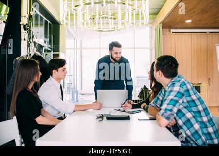 Les gens d'affaires Réunion du conseil d'avoir In Modern Office Banque D'Images
