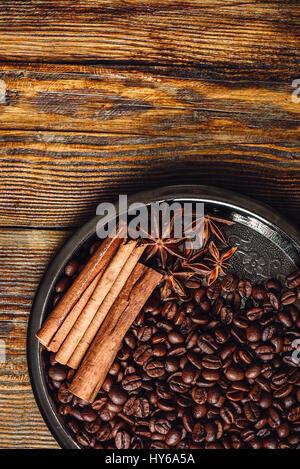 Les fèves de café aux épices sur la plaque. Vue de dessus. Banque D'Images