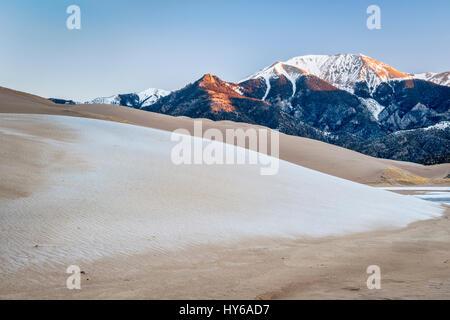 L'aube d'hiver sur des dunes couvertes par le gel et la première lumière sur les montagnes Sangre de Cristo - Great Banque D'Images
