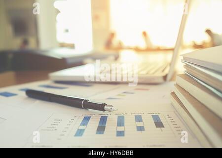 Concept d'affaires avec l'exemplaire de l'espace. Table de bureau stylo avec l'accent et de l'analyse graphique, Banque D'Images