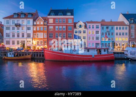 Nyhavn est un 17ème siècle, au bord de canal et du quartier des divertissements populaires à Copenhague, Danemark.