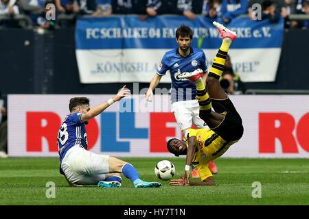 Gelsenkirchen. 1er avril 2017. Daniel Caligiuri (L) et le coke de FC Schalke 04 rivalise avec Ousmane Dembele (R) Banque D'Images