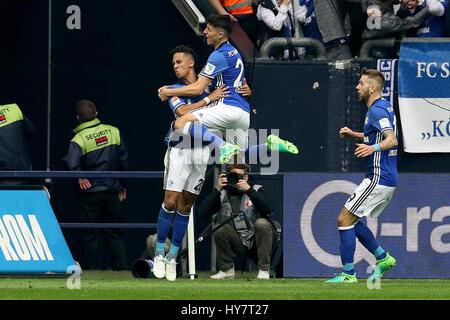 Gelsenkirchen. 1er avril 2017. Thilo Kehrer (L) de FC Schalke 04 célèbre avec ses coéquipiers après avoir marqué Banque D'Images
