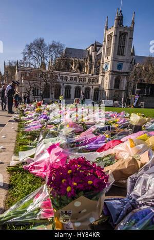 Tributs floraux à PC Keith Palmer et les autres tués par une action terroriste à l'extérieur du Parlement de Westminster, Londres. Les messages sont affichés, policier