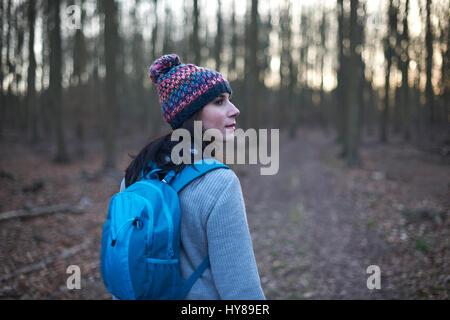 Une femme sur une promenade dans les bois Banque D'Images